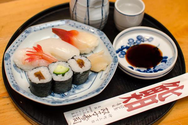 寿司(にぎり寿司3コ+巻物)