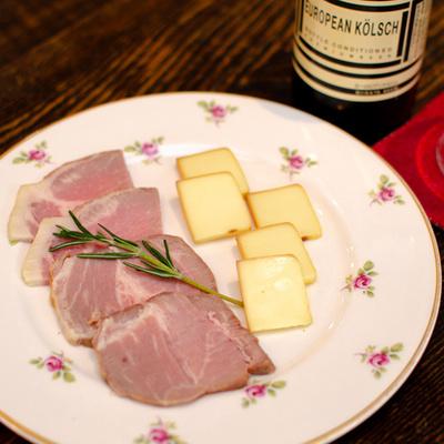 手作りハムと自家製スモークチーズ盛り合わせ