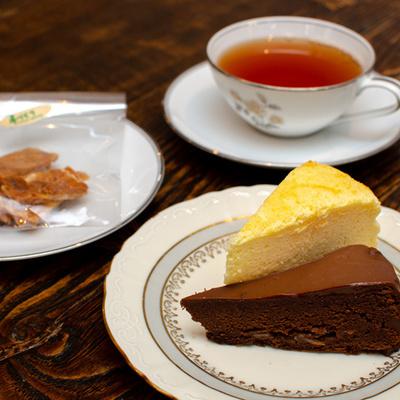 スイーツ(今日のケーキ2種とカリカリアーモンド)