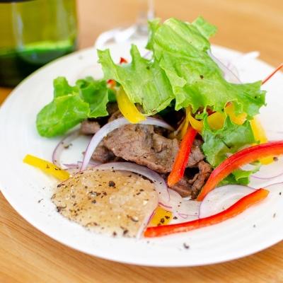 サラダ仕立ての牛肉炒め 黒胡椒ドレッシング